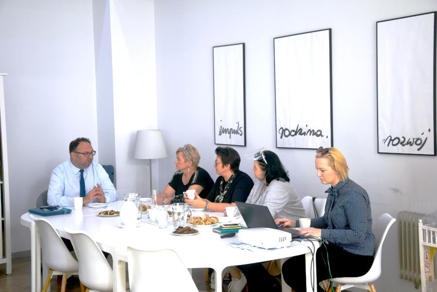 Przy stole siedzą goście ze Szczecina i przedstawiciele PCŚ