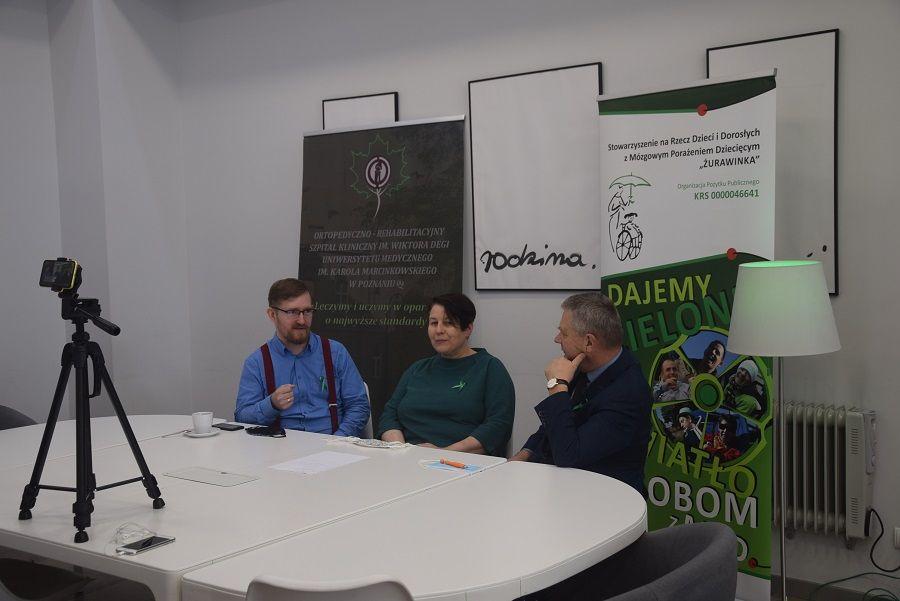 Zdjęcie przedstawia Panią Annę Nowak i Pana Łukasza Garczewskiego oraz pana prof. Marka Jóźwiaka, podczas dyskusji na temat sytuacji Osób z Mózgowym Porażeniem Dziecięcym.