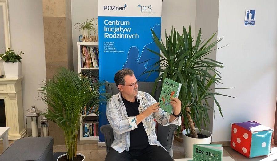 Zdjęcie przedstawia Mariusza Kwaśniewskiego w Centrum Inicjatyw Rodzinnych podczas projektu Czytam i Czuję