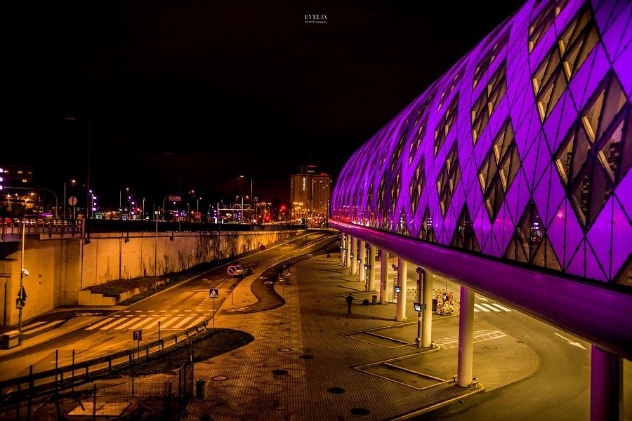Zdjęcie przedstawia Centrum Handlowe Avenida w Poznaniu podświetlone na fioletowo