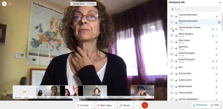 Zdjęcie pokazuje zrzut ekranu wykonany pod czas spotkania. na pierwszym planie widać jedną z uczestniczek, pod jej zdjęciem widać innych uczestników oraz imiona i nazwiska osób uczestniczących w spotkaniu online