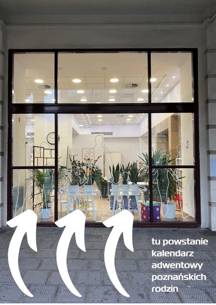 """Zdjęcie pokazuje rozświetlone okno frontowe Centrum Inicjatyw Rodzinnych. Pod oknem znajduje się napis """"tu powstanie kalendarz adwentowy poznańskich rodzin"""" i trzy strzałki skierowane od tekstu w stronę okna"""