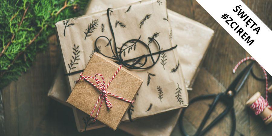 Zdjęcie przedstawia paczki prezentowe - święta #zcirem
