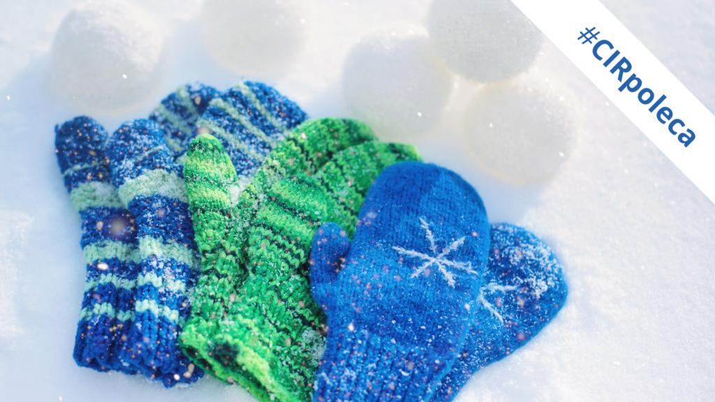 Zdjęcie przedstawia trzy pary rękawiczek leżących na śniegu #CIRpoleca