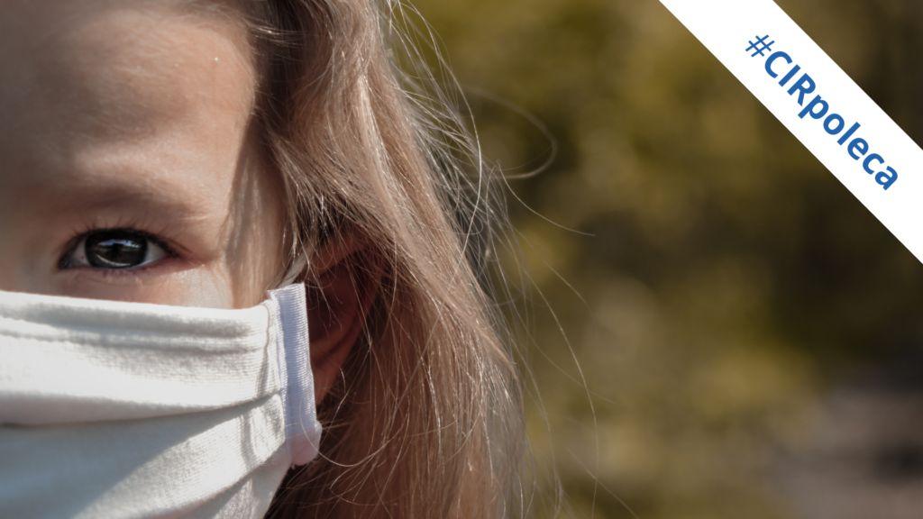 Zdjęcie przedstawia dziewczynkę w maseczce #CIRpoleca
