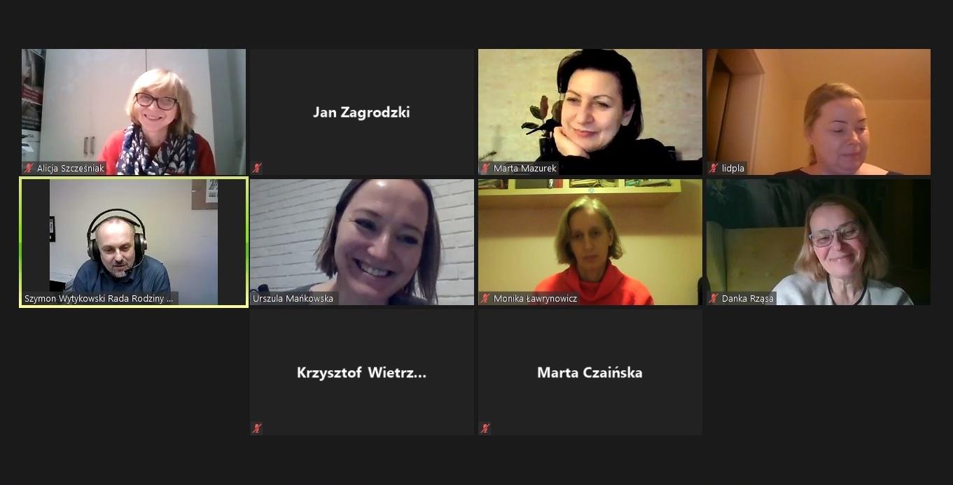 Zdjęcie pokazuje zrzut ekranu wykonany podczas spotkania, widać osoby uczestniczące w spotkaniu online.