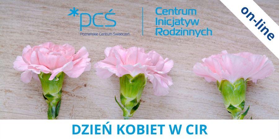 Na grafice przedstawiono trzy różowe goździki na tle jasnego, drewnianego blatu. Na górze grafiki znajduje się znak graficzny PCŚ - Centrum Inicjatyw Rodzinnych. W prawym-górnym narożniku znajduje się napis on-line.