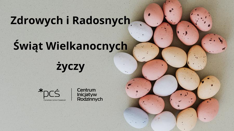 Na zdjęciu widzimy szare tło, na którym umieściliśmy napis: Zdrowych i Radosnych Świąt Wielkanocnych życzy Poznańskie Centrum Świadczeń. Po prawej stronie na fotografii znajdują się jajka pomalowane na pastelowe kolory: różowy, biały i żółty.