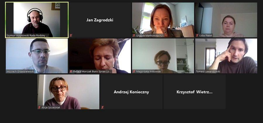 Zdjęcie pokazuje zrzut ekranu wykonany podczas spotkania, widać osoby uczestniczące w spotkaniu online