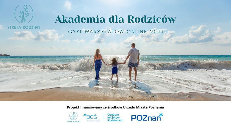 Zdjęcie utrzymane jest w odcieniach koloru niebieskiego. Przedstawia troje ludzi. Dwoje dorosłych oraz dziecko, trzymających się za ręce na plaży. Twarzami zwróceni są w stronę wody. Ludzie na fotografii nie są mocno wyeksponowani, dominuje otoczenie przyrody plaża, morze oraz niebo z delikatnymi obłoczkami. Poniżej znajduje się biała belka z logotypami - Fundacja Strefa Rodziny, Poznańskie Centrum Świadczeń oraz Miasto Poznań.