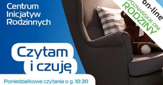 """Na niebieskim cieniowanym tle stoi fotel z Centrum Inicjatyw Rodzinnych. Na fotelu znajduje się miś oraz poduszka. Po lewej stronie znajduje się napis logo Centrum Inicjatyw Rodzinnych oraz napis: """"Czytam i Czuję"""". W prawym górnym rogu znajduje się szarfa z napisem on-line. A poniżej napis: Poznańskie Dni Rodziny"""