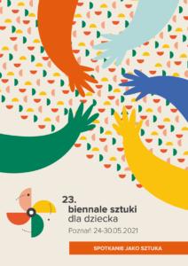 """Na bardzo jasnym tle w odcieniu różu znajdują się elementy graficzne. Na dole strony jest napis """"23. Biennale sztuki dla dziecka"""" poniżej """"Poznań 24-30.05 2021"""" oraz na pomarańczowej belce, która dochodzi do prawej krawędzi plakatu temat Biennale """"Spotkanie jako sztuka"""". Po lewej stronie znajduje się wiatraczek, który składa się z połówek koła w kolorach: różowy, żółty, zielony i pomarańczowy. 1/3 strony powyżej zajmuje ukośnie ułożony fakturowy print, który powiela płatki wiatraczka lecz jest on mocno pomniejszony, przez co staje się bardziej abstrakcyjny. Na dekoracyjnym wzorze, który możemy uznać za formę tapetowego tła mamy rysunek pięciu dłoni, które zbliżają się do siebie w geście """"jeden za wszystkich, wszyscy za jednego"""". Dłonie są w całości wypełnione kolorem: pomarańczowym, błękitno-szarym, niebieskim, żółtym oraz zielonym."""