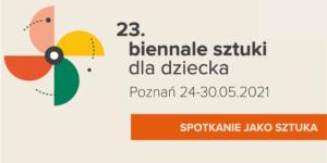 """Na bardzo jasnym tle w odcieniu różu jest napis """"23. Biennale sztuki dla dziecka"""" poniżej """"Poznań 24-30.05 2021"""" oraz na pomarańczowej belce, która dochodzi do prawej krawędzi temat Biennale """"Spotkanie jako sztuka"""". Po lewej stronie znajduje się wiatraczek, który składa się z połówek koła w kolorach: różowy, żółty, zielony i pomarańczowy."""