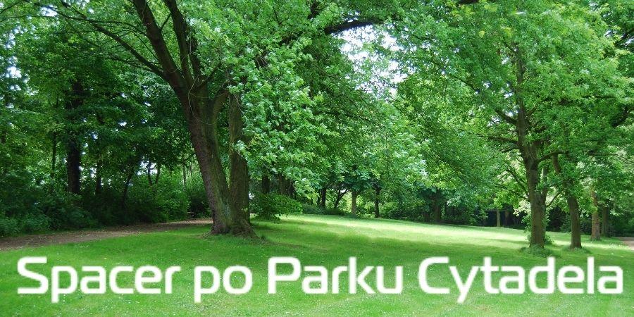 """Widok parku z napisem """"Spacer po Parku Cytadela"""""""