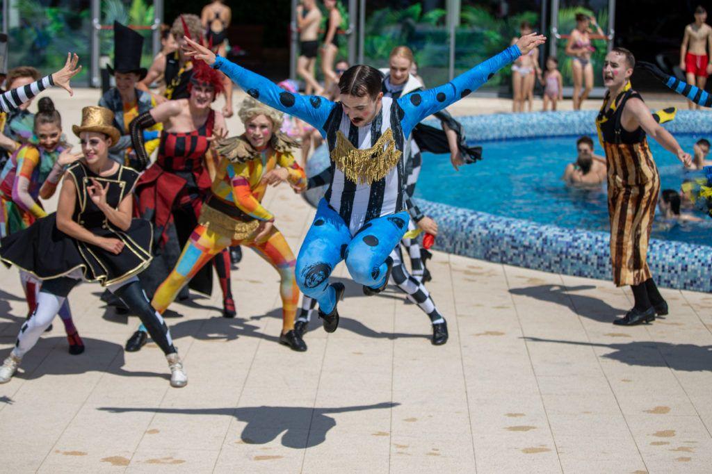 Zdjęcie tancerzy Teatru Muzycznego w Poznaniu podczas występu przed basenem Term Maltańskich.