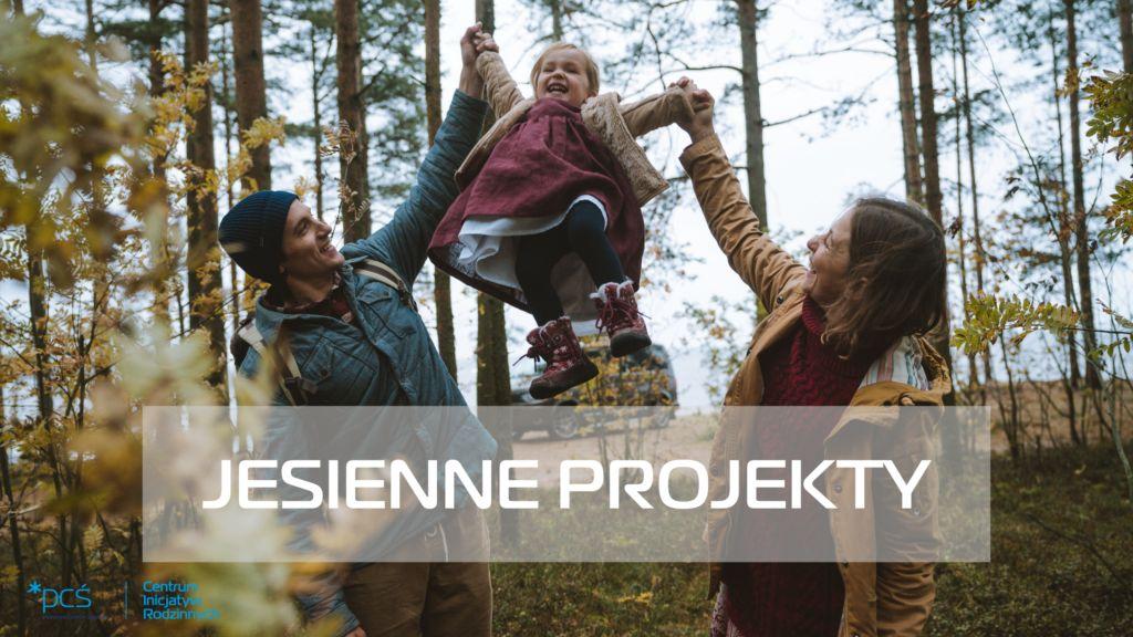 Jesienne projekty. Zdjęcie rodziny, mężczyzna i kobieta podnoszą za ręce małą dziewczynkę. W tle lat jesienią.
