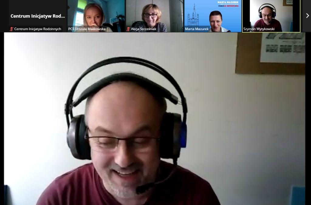 Screen rozmowy na platformie zoom. W centralnej części zdjęcie Przewodniczącego Rady Rodziny Dużej, Pana Szymona Wytykowskiego.